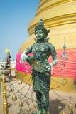 Godsdienstig bronsstandbeeld bij de bovenkant van Gouden Berg in Beroemd Wat Saket Golden Mount in Bangkok, Thailand royalty-vrije stock afbeeldingen