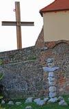 Godsdienstig kruis van één of andere stenen bijna kerk in Brno Stock Afbeelding