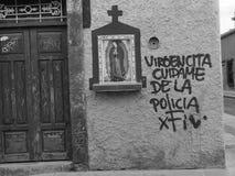 Godsdienstig pictogram van Moeder Mary in Mexico, katholieke godsdienst, met sociale commentaar stock afbeelding