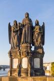 Godsdienstig standbeeld in Charles Bridge Prague stock foto's