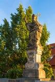 Godsdienstig standbeeld in Charles Bridge Prague stock afbeeldingen