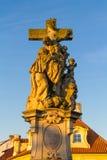 Godsdienstig standbeeld in Charles Bridge Prague royalty-vrije stock afbeeldingen