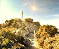 Godsdienstig symbool op de bovenkant van een berg royalty-vrije stock foto's