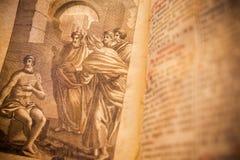 Godsdienstig trekkend van een 300 jaar oud roman boek in Latijnse taal Stock Afbeeldingen