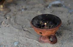 Godsdienstig wierookvat met het branden van kaars Stock Afbeeldingen