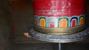 Godsdienstige gebedwielen in Bhutan stock video