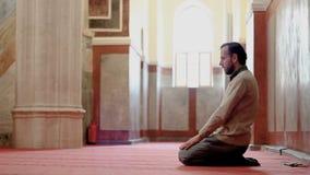 Godsdienstige moslimmens die in de moskee bidden stock video