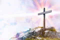 Godsdienstige vertegenwoordiging met kruis bovenop een heuvel stock foto