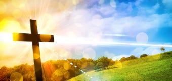 Godsdienstige vertegenwoordiging met kruis en aardlandschapsbackgro stock foto's