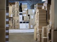 Godset i askarna i lagret staplas i radnärbild Suddig och mjuk befruktning Arkivfoto