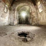 Godsstralen in de ruïnes van verlaten kerk Stock Afbeelding