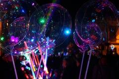 Gody przy noc? Statywowego sprzedawania ?wiec?ce zabawki: balony i kordziki fotografia royalty free