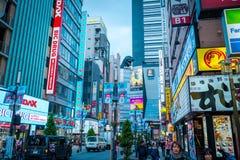 Godzilla på gatan i det Kabukicho området, Shinjuku, Japan fotografering för bildbyråer