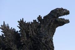 Godzilla staty i Hibiya arkivfoton