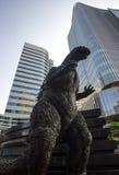 Godzilla staty i tokyo arkivfoto