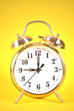 9 godzin alarm na kolorze żółtym zdjęcie royalty free