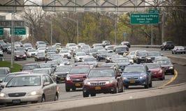 Godzina szczytu ruch drogowy na Uroczystym Środkowym Parkway w Miasto Nowy Jork zdjęcia stock