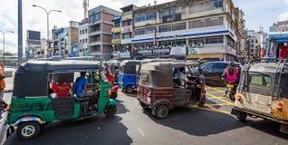 Godzina szczytu tuku tuks na ruchliwie przekrwionej drodze w Kolombo, Sri Lanka obrazy royalty free