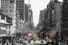 Godzina szczytu z taksówkami i tygli ludźmi krzyżuje ulicę obrazy stock