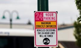 24 godziny parkuje ściśle zmuszającego znaka na zielonej poczta obraz stock