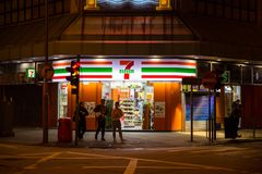 24 godziny sklepu wielobranżowy 7-11 lub 7-Eleven otwierać całonocny Obraz Royalty Free