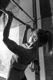 Goed gebouwde atletische vrouw die kin UPS doen Stock Foto