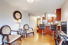 Goed gehouden keuken met hardhoutvloer stock foto's