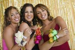 Goed-geklede tienermeisjes bij het portret van de schooldans Stock Foto's