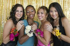 Goed-geklede tienermeisjes bij schooldans Royalty-vrije Stock Foto