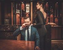 Goed-gekleed paar in het binnenland van de Luxeflat stock foto's