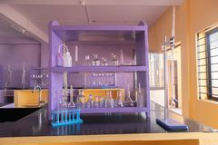 Goed geschikt laboratoriumglaswerk bij het Lege binnenland van het Wetenschapslaboratorium in universitaire universiteit stock fotografie