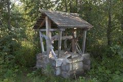 Goed met bronwater dichtbij de weg door landstreek Sukhonsky in het dorp Gorodischna Stock Foto