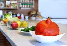 Goed ontworpen moderne keuken met een grote variatie van rijp fruit royalty-vrije stock afbeelding