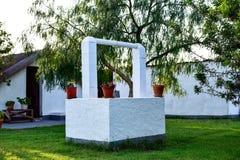 Goed verfraaid met potten en bloemen in het midden van een openluchttuin Royalty-vrije Stock Fotografie