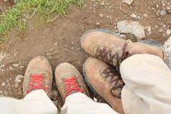 Goed Versleten Wandelingslaarzen op Benen Royalty-vrije Stock Fotografie