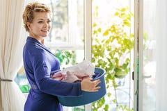 Goed-verzorgde vrouwelijke persoon thuis royalty-vrije stock fotografie