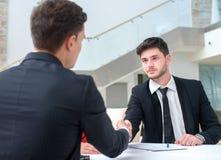 Goede Baan De succesvolle en gemotiveerde zakenlieden schudt hand Stock Afbeelding