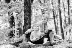 Goede dag voor de lentepicknick in aard Het hebben van snack tijdens stijging Gelukkige kinderjaren Mamma en jong geitjejongen di royalty-vrije stock foto