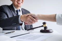 Goede de dienstsamenwerking van Overleg tussen een mannelijke advocaat en bedrijfsvrouwenklant, Handdruk na goede overeenkomsteno stock afbeeldingen