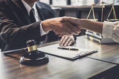 Goede de dienstsamenwerking van Overleg tussen een mannelijke advocaat en bedrijfsvrouwenklant, Handdruk na goede overeenkomsteno stock foto's