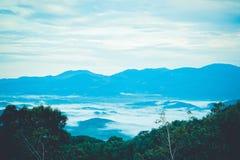 Goede mening van moutainwaaier en overzeese mist in vroege ochtendtijd stock fotografie