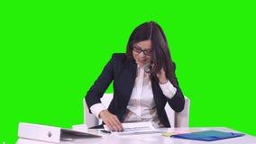 Goede overeenkomst De gelukkige glimlachende jonge bedrijfsvrouw in een pak toont duim op de camera Groene Achtergrond stock video