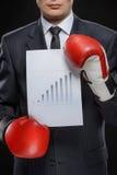 Goede resultaten. Zekere zakenman in het rode bokshandschoenen houden royalty-vrije stock foto