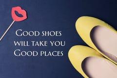 Goede Schoenen van het vrouwen nemen Inspirational motievencitaat u Goede Plaatsen Vrouwelijke manierachtergrond Het leven, Geluk Stock Foto's