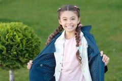 Goede stemming Het weer van de herfst Houten gang Cipresboom Gelukkig kind met thuja Positief jong geitje Meisje met in kapsel De royalty-vrije stock foto's