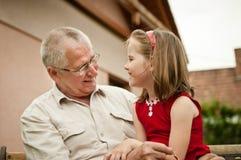 Goede tijden - grootouder met kleinkind stock foto's