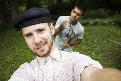 Goede vrienden die een zelfportret nemen stock fotografie