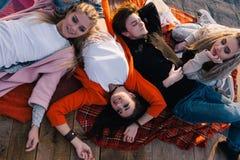 Goede vriendschap Gelukkige tijdverdrijf in openlucht hoogste mening Royalty-vrije Stock Fotografie