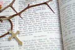 Goede Vrijdagbijbel met doornen en kruis stock foto