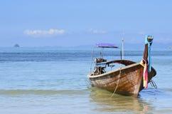 Goedemorgen Ao Nang en Lange staartboot. Stock Foto
